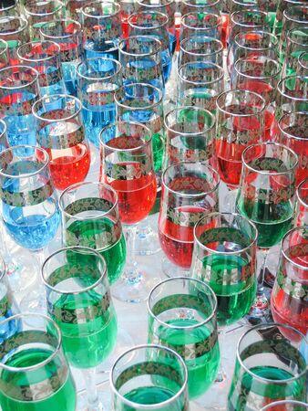 vasos de agua: varios vidrios del partido del color