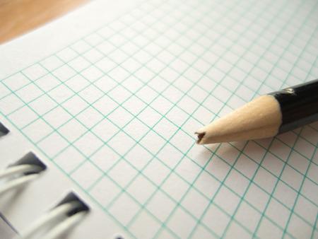 desilusion: lápiz con punta rota en el papel en blanco; decepción Foto de archivo