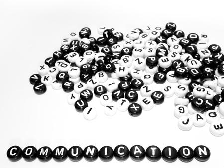 comunicaci�n escrita: Mont�n de cartas circulares de palabras en blanco y negro y la comunicaci�n escrita al lado del otro