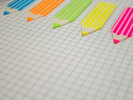 fournitures scolaires: ordinateur portable et autocollants math�matiques concept d'entreprise de la forme de crayon avec copie espace Banque d'images