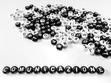 comunicación escrita: mont�n de letras en torno a blanco y negro y la comunicaci�n de la palabra escrita en italiano por escrito de la otra; comunicazione Foto de archivo