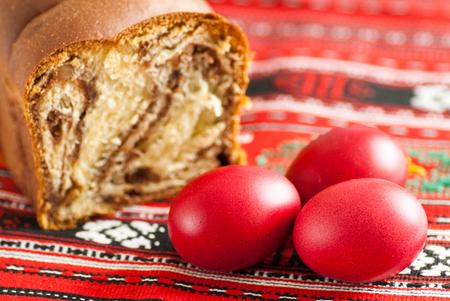 traditionelle orthodoxe Schwammkuchen und farbige Ostereier