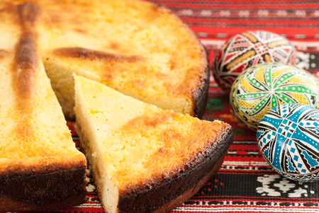 nicely: traditional romanian easter bread pasca with cheese and raisins and nicely decorated easter eggs orthodox tradition Stock Photo