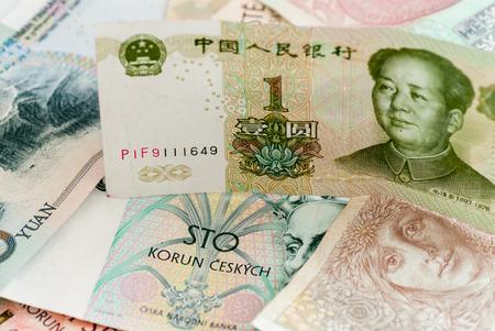 Billetes de banco koruna checo y el intercambio de renminbi chino comercializan el concepto de globalización empresarial Foto de archivo - 76892425