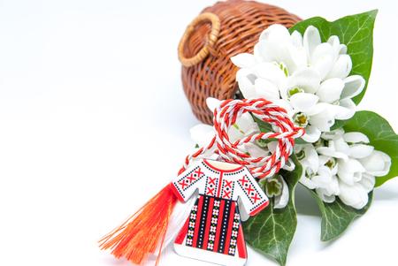 campanillas de invierno y cuerda roja y blanca martisor en blanco con copia espacio celebración de la tradición de la primera de marzo de Europa del Este
