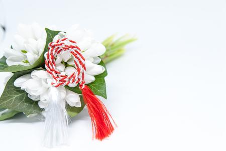 白にスノードロップと赤と白の弦のマーティオールとコピースペース東ヨーロッパ最初の行進の伝統のお祝い