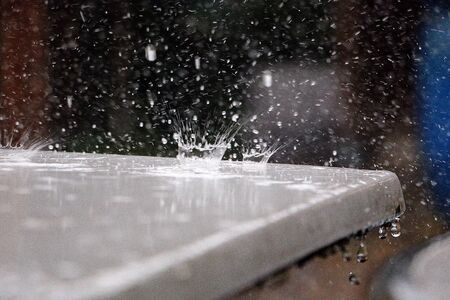 Drop of raindrop drops on the tabletop and shatters as a crown Stok Fotoğraf - 133512736