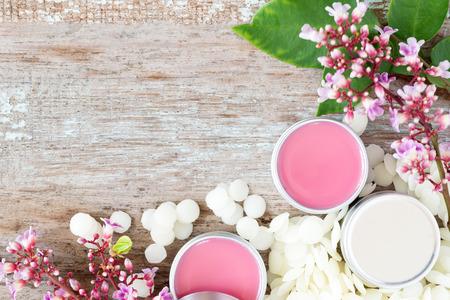 Balsamo naturale delle labbra fatte in casa in vasetti di latta, progetti di fai da te Archivio Fotografico