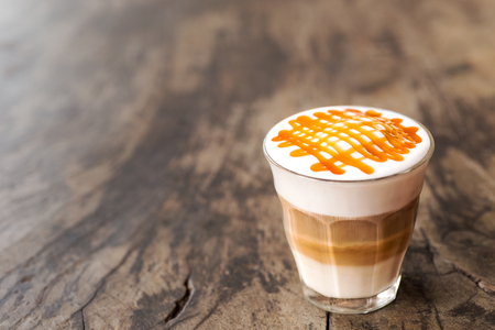 glass of hot caramel macchiato coffee Imagens