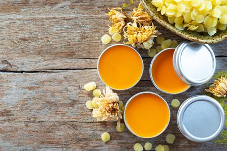 domowy naturalny balsam do ust w kolorze pomarańczowym z drzewa annato Zdjęcie Seryjne