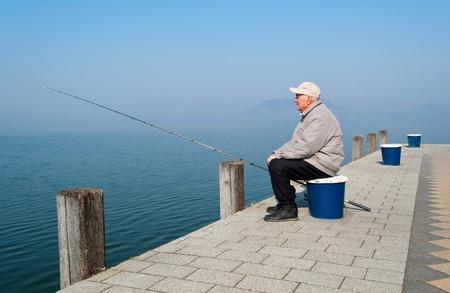 hombre pescando: Pescador Senior en Lago Balat�n, Hungr�a Foto de archivo