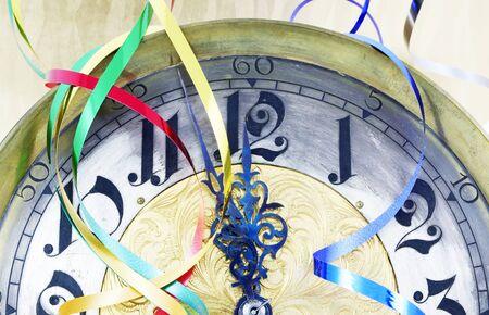 reloj antiguo: Reloj antiguo con cintas de Año Nuevo Foto de archivo