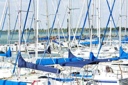 Sailing boats in Balatonfoldvar at Lake Balaton, Hungary 免版税图像