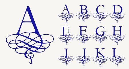 1. Establecer la vendimia caligráfica de letras mayúsculas con rizos para los monogramas y logotipos. Hermosa fuente de filigrana. estilo barroco. Logos