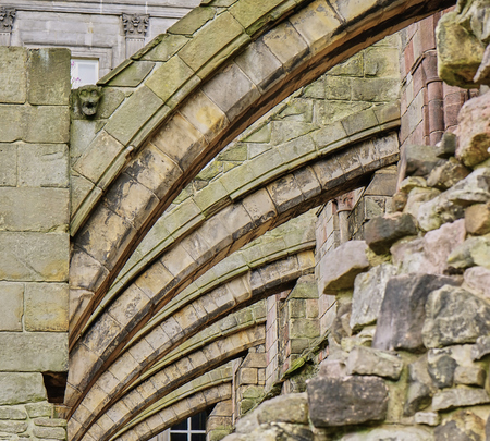 Nahaufnahme architektonische Details der alten Strebepfeiler auf teilweise Ruine in Schottland Standard-Bild