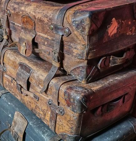 Primo piano di una pila di bagagli in pelle vintage vecchi e logori