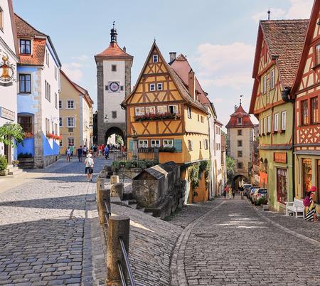 """Rothenburg, Niemcy - sierpień 2015: Najczęściej fotografowany dom w Niemczech """"Plonlein"""" z muru pruskiego domu z piernika. Publikacyjne"""