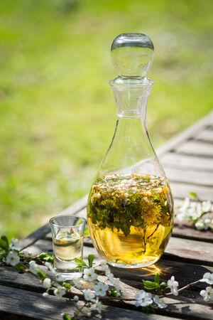 Alkohol hausgemachte Tinktur mit Blumen in Glaskaraffe