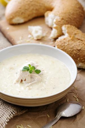 肉と背景にまな板の上のいくつかのパンの部分のクリーム スープのプレート 写真素材 - 48596302