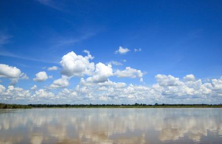 Mooie tropische rivier onder de blauwe hemel.