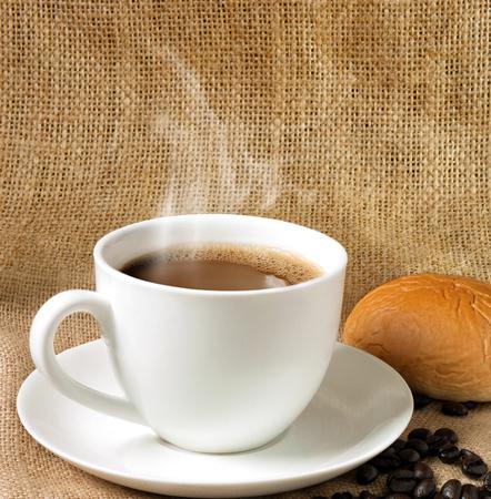 sacco juta: tazza di caffè e sacco di iuta primo piano su sfondo