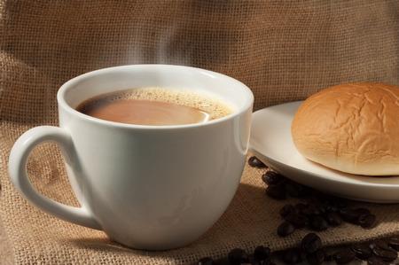 sacco juta: tazza di caffè close-up su sfondo sacco di juta Archivio Fotografico