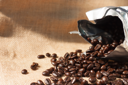 sacco juta: I chicchi di caffè close-up su sfondo sacco di juta