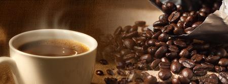 sacco juta: Chicchi di caffè e tazza di caffè close-up su sfondo sacco di juta