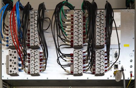 carrera de relevos: Relé dispositivo de protección con terminales y alambres