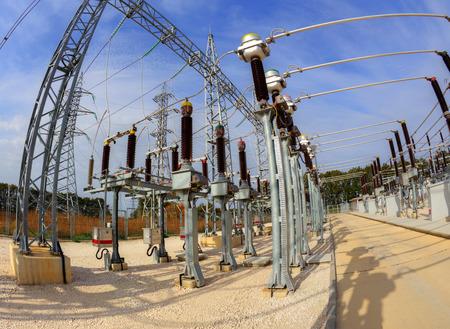 electricidad industrial: Alta switchyard tensión en la subestación eléctrica en la perspectiva de ojo de pez Foto de archivo