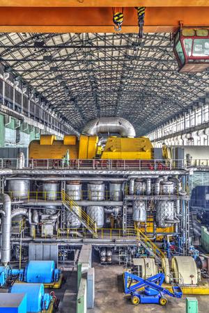 Maschinenraum In Wärmekraftwerk Mit Elektrischen Generatoren Und ...