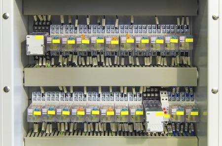 Électrique panneau de commande avec des relais et des fils gros plan