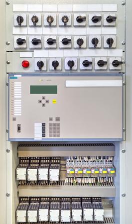 Électrique panneau de contrôle avec les appareils électroniques en sous-station électrique moderne