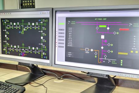 コンピューターと現代の電気制御室で監視、制御やデータ集録の概略図とモニター