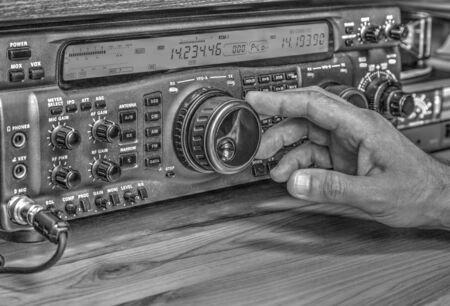 Ricetrasmettitore radioamatoriale moderno ad alta frequenza in bianco e nero Archivio Fotografico