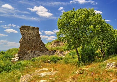 Beautiful summer landscape in the mountain range and ruins of ancient fortress Foto de archivo