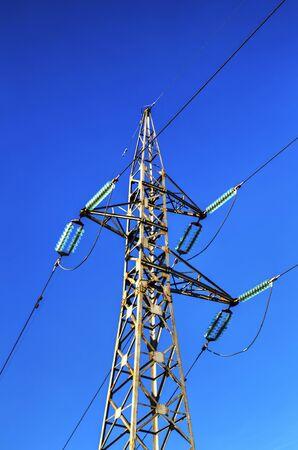 Un pilon de ligne électrique aérienne sur le ciel bleu