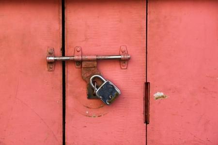 Colorful antica porta chiusa da una serratura molto vecchio stile Archivio Fotografico - 18223350