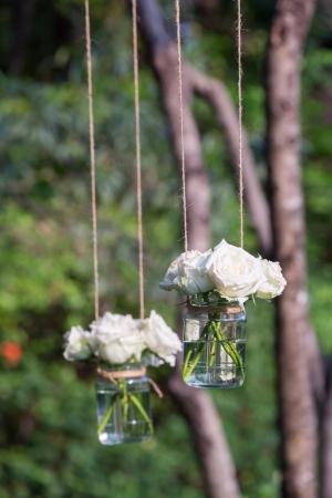 Rose bianche in un vaso di vetro appeso in una festa di nozze Archivio Fotografico - 18223430