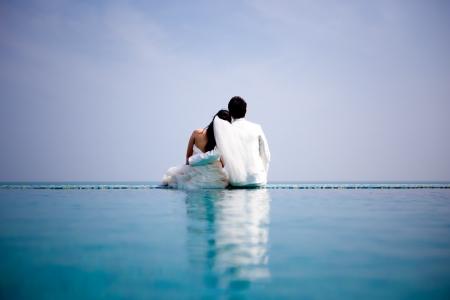恋に新郎新婦がロマンチックな感情でポーズします。