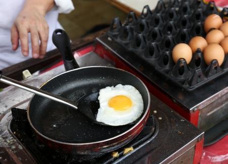 aceite de cocina: Un chef es cocinar soleado-side huevos hasta Foto de archivo
