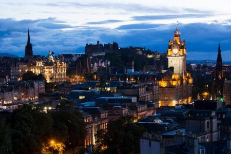 Edinburg paesaggio urbano al crepuscolo con il Castello di Edimburgo in background, Edimburgo, Scozia, Regno Unito Archivio Fotografico - 23251087