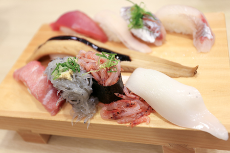 Freash raw japanese shrimp sushi and squid on a wooden plate Archivio Fotografico