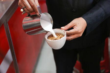Barista fare una tazza di caffè arte bella latte Archivio Fotografico - 30664213