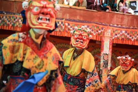 LADAKH, INDIA-29 Luglio 2012 - monaci buddisti non identificati che ballano durante una festa in maschera Dak Monastero Thok in Ladakh, India Archivio Fotografico - 30586771