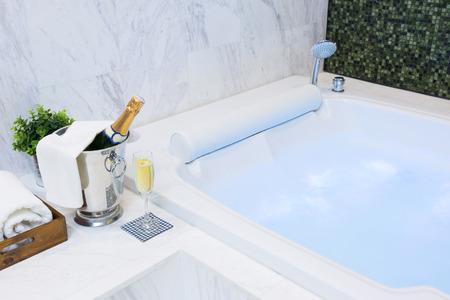 Champagne glass e Jacuzzi Spa con idromassaggio colorato e luminoso Archivio Fotografico - 34068965
