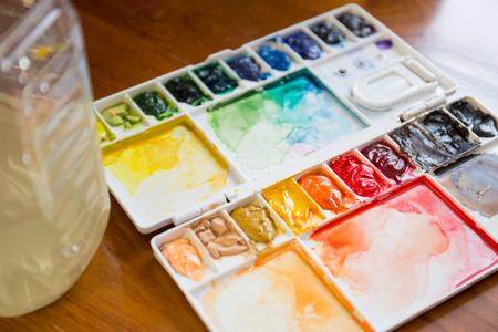 Pennello e vernice tavolozza con acquerello colorato misto Archivio Fotografico - 36471125