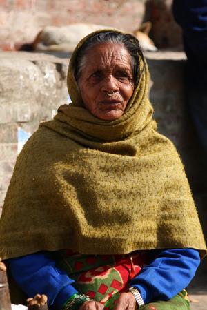 KATHMANDU, NEPAL-DICEMBRE 2009 - Una donna nepalese non identificata che fa il proprio dovere quotidiano lungo la strada in estate Archivio Fotografico - 38952659