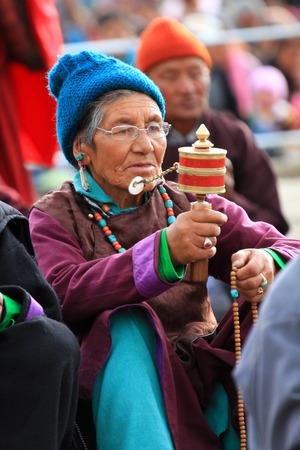 Leh, India-MAGGIO 2012 - Un non identificato tibetano vecchia donna in preghiera in una sessione di incontro con la sua santità il Lama dala in estate Archivio Fotografico - 38952668