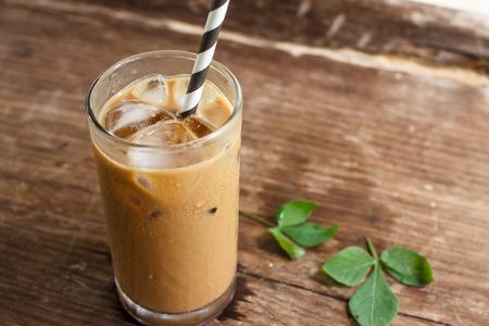 raffreddore: Bicchiere Di Freddo Caffè Su Legno Archivio Fotografico